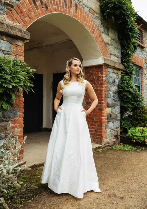 Ivory Embroidered Dupion Silk Bridal Gown Size 10-12 € 600