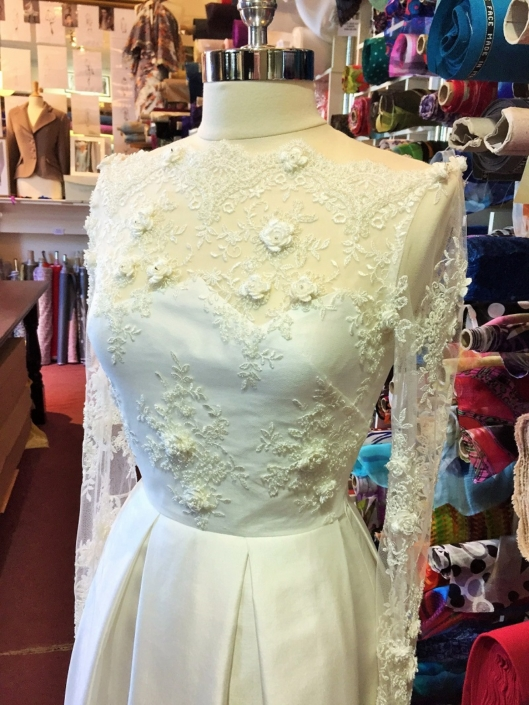 Ivory Thai Silk and Lace Bridal Gown Size 10-12 € 700